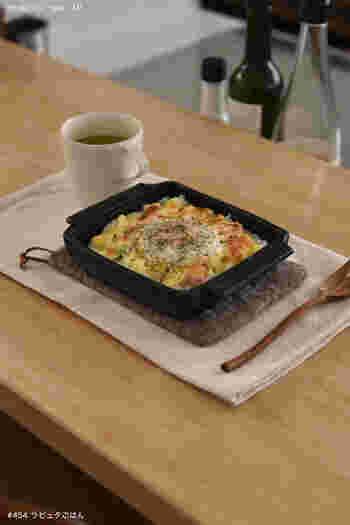 このように、面積は広めなのに、浅めの耐熱皿があると・・・一人暮らしさんのすぐ食べたいご飯づくりで、とっても便利。  こちらの画像は人気ブロガー、「めがねとかもめと北欧暮らし。」のMIさんが耐熱皿を使って、「今日の朝のせごはん」として、一人分の食事を用意したもの。耐熱皿にご飯をのせて、その上にベーコンや卵をのっけてオーブンにINしただけの、焼き卵かけご飯です(MIさんいわく、進化系ジブリ飯のラピュタごはん♪)。  調理道具を洗って・・調理して作った料理をあらたなお皿に盛り付けて・・・という手間なしで、そのまま食べれるのが嬉しいところ。洗い物のうつわが減るので、大き目のお皿で楽しむワンプレートごはんと同様に使えて、家事が楽になりますよね◎