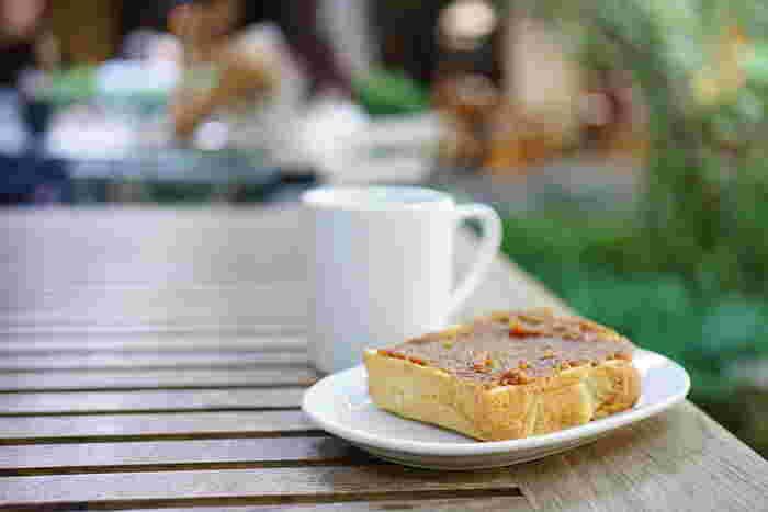 アーモンドバターをたっぷりと塗った自家製トーストは味わい深い逸品です。モーニングでも、グラノーラやバターミルクパンケーキなど豊富なメニューからチョイスできるところも人気の秘密です。
