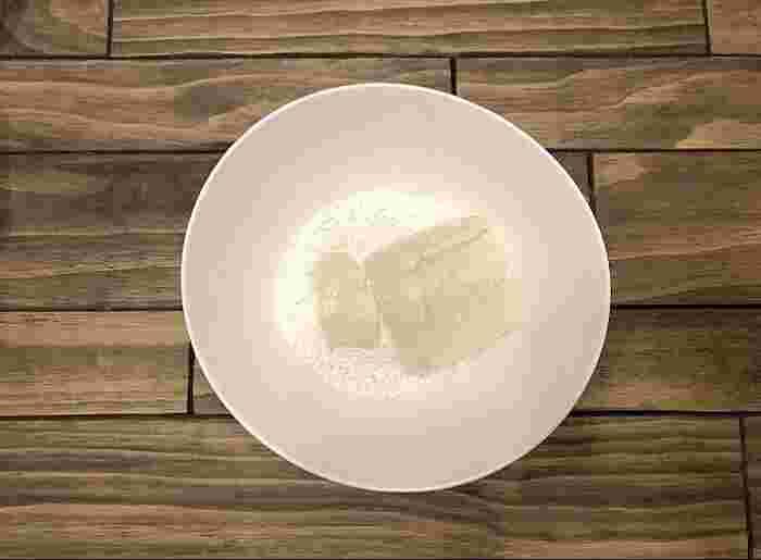 白玉粉:絹豆腐が10:12くらいの分量で混ぜ合わせます。最初はポロポロとしていますが、段々とまとまり、紙粘土をねっているような感覚に…!耳たぶくらいの硬さになるまでよくねりこみます。