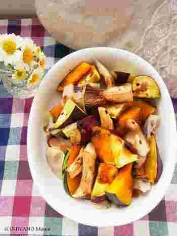 電子レンジで加熱したかぼちゃ、さつまいも、レンコンなどホクホクの秋野菜に、はちみつ、醤油、バルサミコ酢を煮詰めて混ぜ合わせ、オールスパイスで味付けしています。フルーティーな酸味のホットサラダは、ワインにもよく合います。