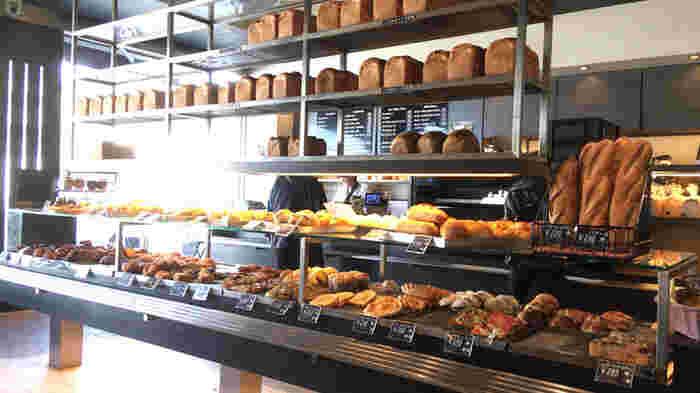 お店の中央には、焼きたてのパンがずらり。お店の奥で焼き上げたパンが次々に並びますが、土日などの混雑時にはすぐになくなってしまうことも。ハード系のパンから、まるでデザートのような甘いパンまで、種類豊富に揃っています。