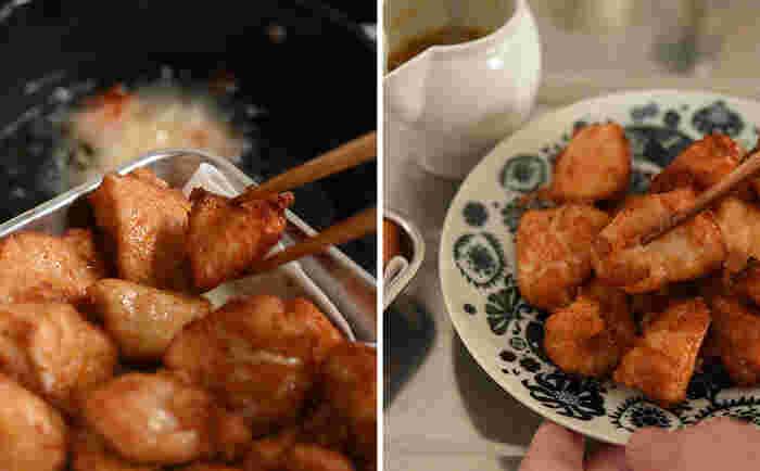 ジューシーに仕上げるコツは、できれば2度揚げをすること。中温で揚げた鶏肉を一度取り出し少し休ませたあと、高温にして表面だけを揚げる気持ちでもう一度サッと揚げます。