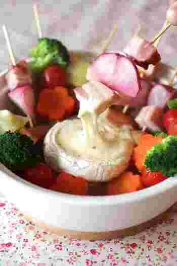 洋風のおもてなしにぴったりなカマンベールチーズ鍋。カラフルな野菜を串に刺して、コンソメスープで煮るのがポイントです。鍋の中央のチーズがとけたら、野菜をディップしていただきましょう。