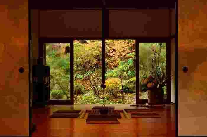 大原の三千院のさらに奥にある小さな寺院です。庭園が美しいだけでなく囲炉裏のある部屋もあり、和の雰囲気を感じることができます。