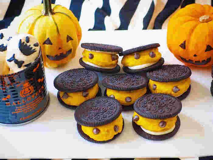 オレオクッキーにパンプキンクリームを挟んで、チョコチップの目をつけるだけで、こんなにかわいくさりげなくハロウィンを演出できちゃいます。