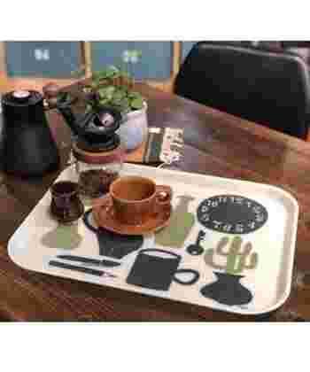 イラストレーターの花井祐介さんがデザインしたトレイは、食事などを乗せるのはもちろん、インテリアグッズとしても活用できるおしゃれなアイテム。コーヒーセットを乗せて、カウンターの上に出しっぱなしにしても素敵ですね。