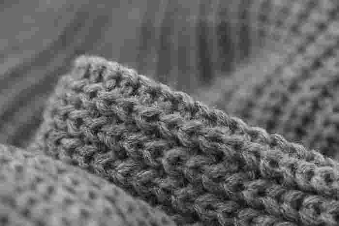 """セーターやマフラーなど、ウールアンドザギャングのニット製品(完成品)は、工場などで大量生産するのではなく、募集で集まった""""ギャングメイカー""""と呼ばれる編み手たちによって、自宅で""""一つ一つ手作り""""されています。ハンドメイドならではのあたたかみのあるニットが魅力です。"""