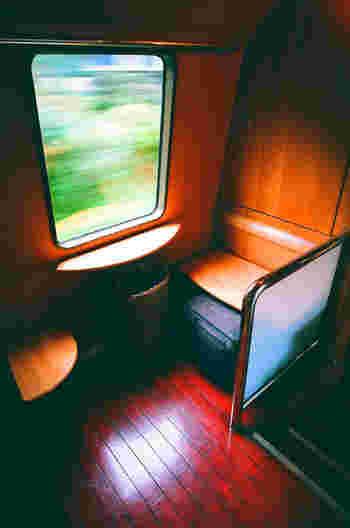 列車内は木材をふんだんに使ったシックな内装で、まるで森の中にいるような温もりを感じます。リゾート気分でゆったりと癒される旅路になりますよ。また、要予約ですがボックスシートもあるので、3~4人の旅の移動も楽しく過ごせそうです。