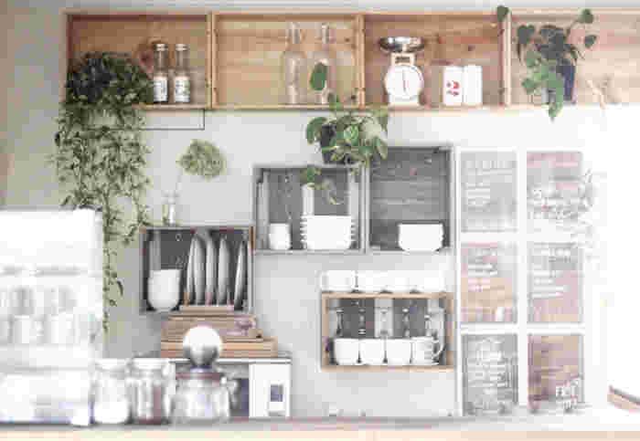 こちらのボックス棚は手作り。白い皿を立てたり、重ねて収納。グリーンも配置してナチュラルな空間に。