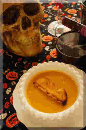 ハロウィンの定番、カボチャのポタージュスープです。コウモリのクルトンは、食パンを型で抜いてトーストしたもの。ハロウィンのクッキー型にはこんな使い方もあったんですね!