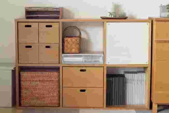 リビングは家族のモノが集まりやすい場所です。各自の部屋から持ってきたモノは、それぞれが元の場所に片づけるのが基本ですが、リビングで使うことが多いのであれば、リビングに定位置を作るのも一つの方法です。