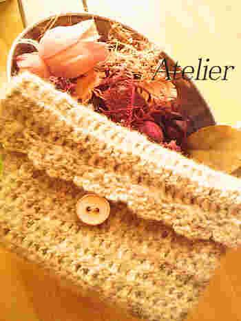 長編みですいすい編み上げることができるポーチです。同じ編み方を繰り返していくだけなので、初心者さんでも最後まできちんと仕上げることができます。