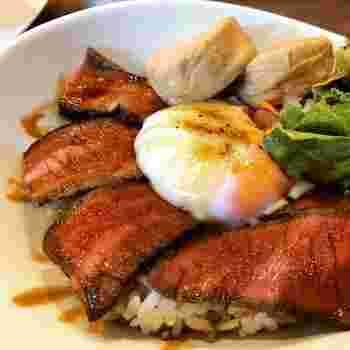 ローストビーフと煮た湯波がのった「NIKKO丼」もおすすめ。日光牛のジューシーさと大豆の風味たっぷりの湯波は食べごたえ満点。S、Mサイズがあるので女性でも男性でも満足できるボリュームです。