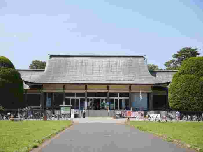 都立小金井公園の中に位置する「江戸東京たてもの園」は、1993年に開園した野外博物館。敷地面積は約7ヘクタールの園内には、江戸時代から昭和初期までの30棟の復元建造物が建ち並んでいます。現地保存が不可能な文化的価値の高い歴史的建造物を移築し、復元・保存・展示するとともに、貴重な文化遺産として次代に継承しています。