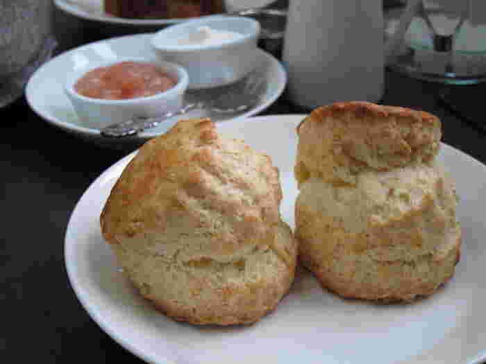 毎朝焼いているのに「作る作業が大好き」というスコーンは、くまのプーさんの故郷、ハートフィールド村の記憶からできたレシピだそう。季節の自家製ジャムがつきます。