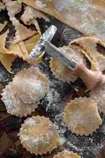 ラビオリの楽しみ方は ・中に入れる具 具材は自由。チーズや季節の野菜、ひき肉など好みに合わせた具材を選んでみてください。  ・味付け 味付けはトマトソース・バジルソース・クリーム系・ガーリックなどパスタに合うソースは無限大です。  ・調理法 茹でたり、揚げたり、焼いたりと調理法によっては食感が変わるのも◎。  いろんなラビオリの楽しみ方をお試しくださいね。