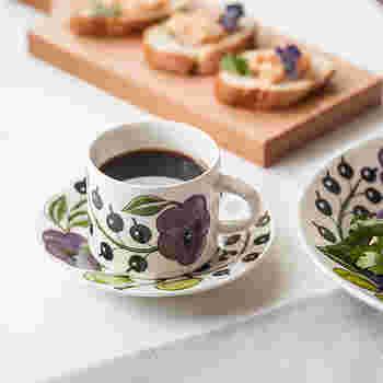 コーヒーカップはあらかじめ温めておくのが正解。冷めたカップに注ぐとコーヒーが早く冷めてしまいます。ソーサーも合わせて温めるとさらに◎
