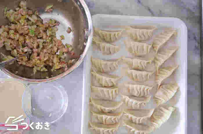 まずは、基本の餃子の作り方から。メインの材料は、豚ひき肉と白菜。白菜の代わりにキャベツを使ってもいいですね。肉だねを皮で包んだら、フライパンに並べ、熱湯を注いで蒸し焼きに。水分がなくなったら、ふたを取ってこんがりと焼きます。
