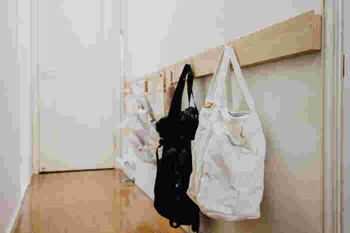 長押を低めに廊下に設置すると、お出かけグッズやバッグを引っ掛けて置く場所に。忘れ物もなくなるし、お部屋もスッキリしそう。