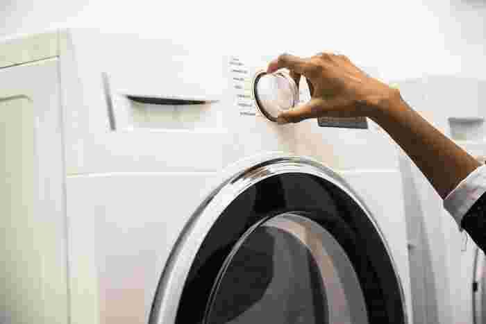 洗濯表記を確認して洗濯機マークや手洗いマークの表示があれば、自宅でもダウンジャケットを洗濯することができます。ドライクリーニングは油分を落としすぎてしまい、羽毛本来の保温力を損なう恐れもあるのだそう。洗濯する際には手洗いで、ダウン専用の洗剤を使うことをおすすめします。