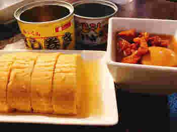 棚から缶詰を選び、その都度支払うカジュアルなシステム。手前の「だし巻き缶詰」は、京都の老舗食品メーカーとコラボした自慢のひと品。上品なお出汁とふっくらした食感は、数ある缶詰の中で1番人気です。