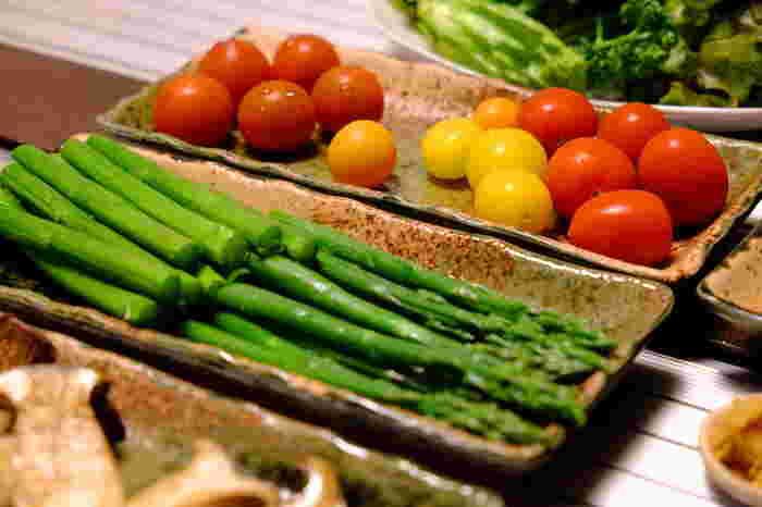 グリーンアスパラガスはホワイトアスパラガスより栄養価が高く、タンパク質や、βカロテンや、ルチン、そして新陳代謝を促すアスパラギン酸が豊富に含まれています。疲労回復効果が期待できるんだとか。