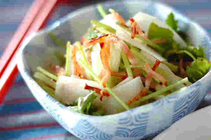 シャキシャキした食感のうどは、生で食べても美味しい食材。春の食卓にはぜひ、うどのサラダも一品加えてみませんか?隠し味にピリッと辛い柚子胡椒を使って、ちょっと大人なドレッシングでいただきましょう。