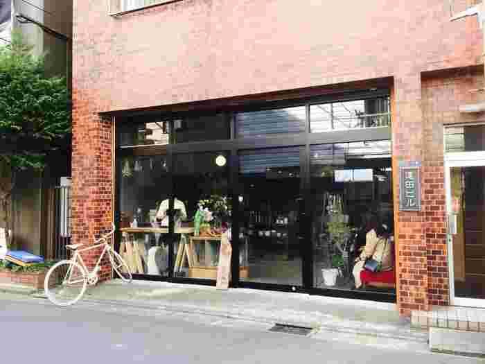 蔵前駅から隅田川を越えて住宅街を歩くこと5分。閑静な住宅街の中にひっそりと佇むお店です。週末になると遠方から来る方も多く、日中は満席になることもしばしば。
