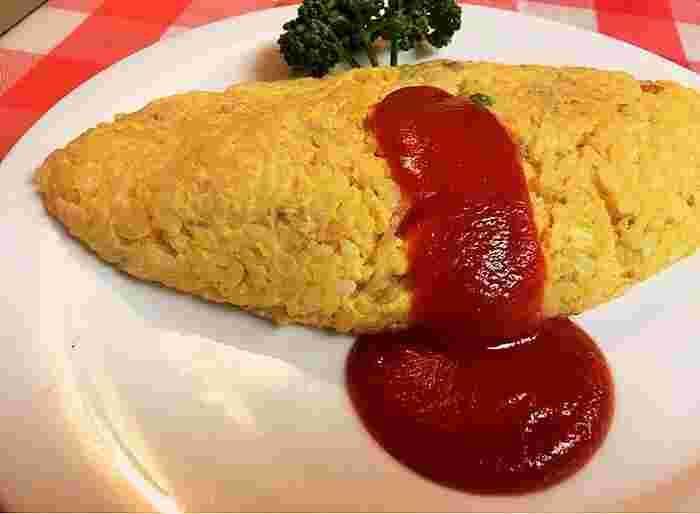 「元祖オムライス」。別名:ライスオムレツ。 溶き卵と玉ねぎ、マッシュルーム・挽き肉・グリンピース、ライスを混ぜ合わせ、フライパンでふっくら成形したもの。