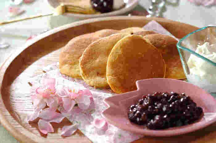 一見普通のパンケーキ・・・と思いきや、生地の中に桜の塩漬けが入っています。小さく焼けば持ち歩きにも便利ですよ♪