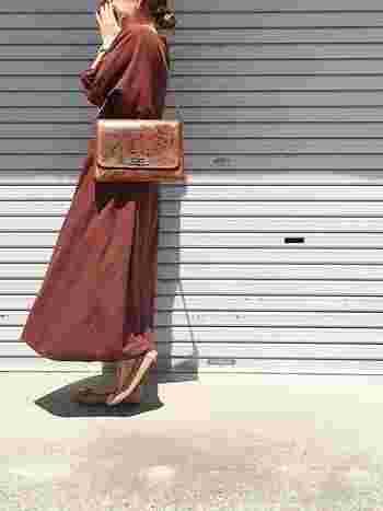 引き続き人気のマキシ丈ワンピース。レザー小物と合わせると秋らしい装いになります。ワントーンカラーも引き続き人気です◎