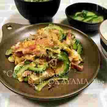 豚肉の代わりに厚切りベーコンを使ったゴーヤチャンプルー。うまみが強く、満足感のあるひと皿になります。また、こちらのレシピでは焼き豆腐を使っており、水切りもしやすいので便利ですね。