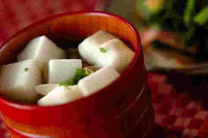 しょうゆで味付けする、透明な汁物、すまし汁。はんぺんから出る出汁がしょうゆの香りを引き立てます。ふわふわのはんぺんが口の中でとろけ、舌触りもなめらか。