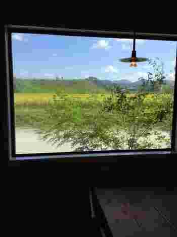 窓からの眺めはこのとおり。まるで窓枠が額縁になった一枚の絵画のよう。テーブルは全て窓際に配置されています。  この景色も含めて全てがごちそう! ここで食べるご飯は最高ですね。まさに充電するのにぴったりの場所です。