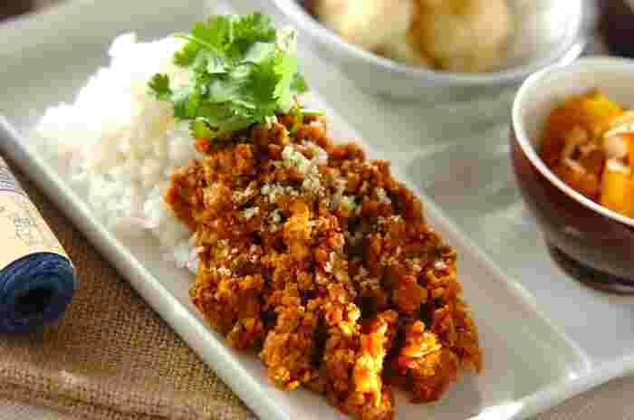 カレー粉とフードプロセッサーを使ってつくる、時短カレーレシピ。トマトピューレの酸味と、隠し味の味噌がポイント。お好みで香菜をトッピングしていただきましょう。