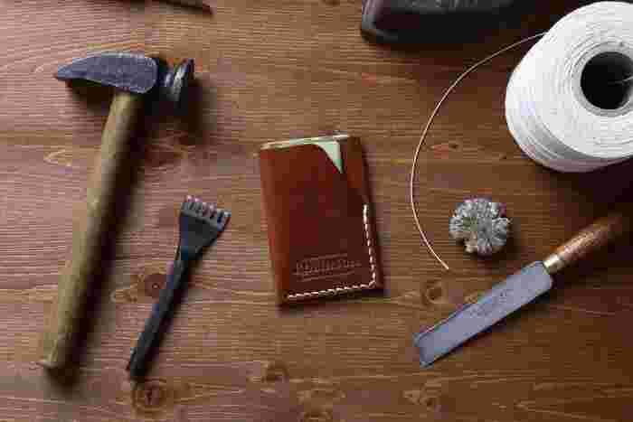 難しそうに見えても意外と簡単に本格的なものが作れる革小物のハンドメイド。100均で揃えられる道具もあるので、費用をかけずに始められます。