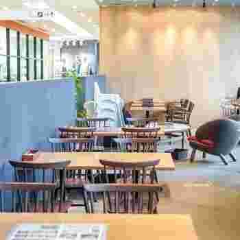 JR博多シティ内『アミュプラザ博多』の5Fにある「パン屋むつか堂カフェ」は、薬院にある食パン専門店「むつか堂」が手掛けるお店。博多駅の大きな時計のちょうど裏側に位置します。
