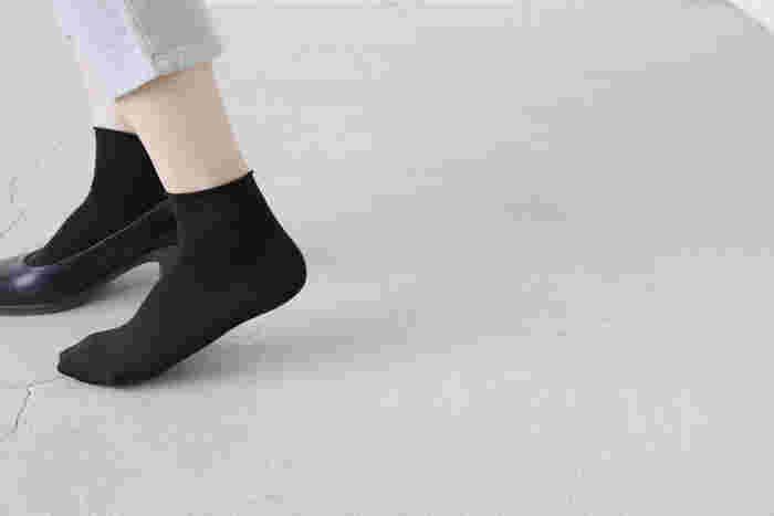 ストッキングをそのままソックスにしたような、シームレスでシンプルなショートソックス。 着用時の不快感を最小限にするため、接合部分がわからないほどフラットなつくりになっています。 くびれで留まる丈は足首をすっきり華著に見せ、吸い付くようにフィット。 艶のある素材感なので、パンプスでも繊細な雰囲気を損なわずになじませることが出来ます。