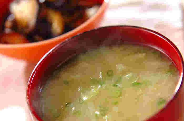 キャベツは芯ごとせん切りにして、味噌汁の具に。サラダなどの生食では少し固い芯も、火を通すと柔らかくなって食べやすく、甘みも出ます。