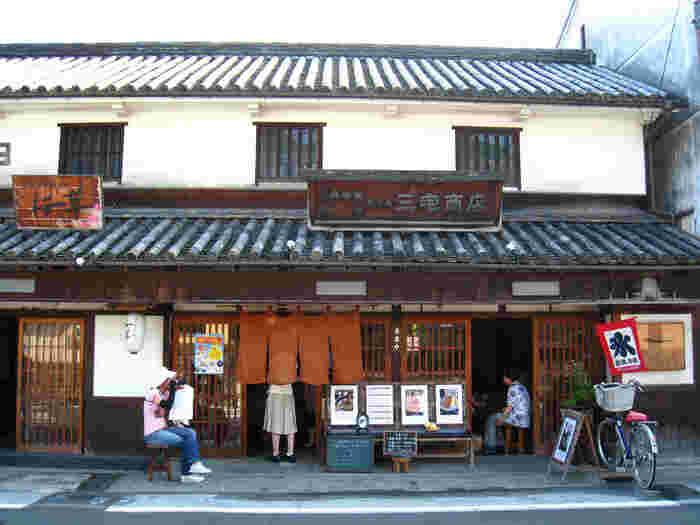 「三宅商店」は、江戸後期の建物を改装した、季節のパフェで人気の町家カフェ。