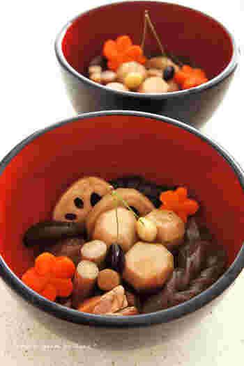 他にもおせち料理の煮物には、子孫繁栄の縁起物と言われている、さといもや、末永い幸せを祈願し、土の中で根を張る根菜が多く使われており、ニンジンの形を工夫して盛りつければ、お重がなくてもお正月の食卓を華やかにしてくれそう。