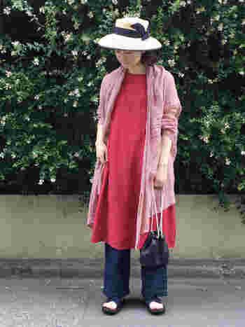 女性らしい雰囲気のコーディネートの時には、上品なストローハットもおすすめです。こちらのようにリボンをあしらったフェミニンなデザインの帽子なら、ワンピースコーデをぐっとエレガントにドレスアップできますよ。