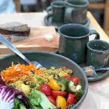 スイーツだけでなく、フードメニューも充実。「ベジタブルプレート」は、季節の野菜や穀物などを彩りよく盛り付けられていて、目でも楽しめます。