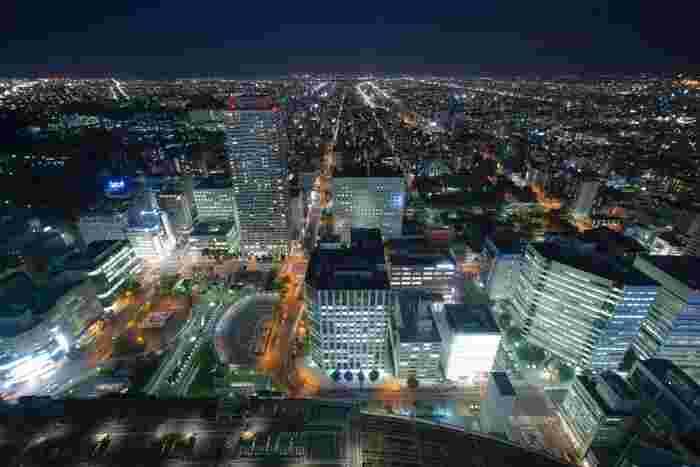 新千歳空港からJRで直結するほか、地下鉄でもアクセスできる札幌駅。駅ビルである「JRタワー」を中心にした「JRタワースクエア」はショッピングやグルメのほか、さっぽろの「今」を感じるイベントも催される最先端スポットです。また、JRタワーの38階にある展望室「タワースリーエイト」は、160mの高さから札幌の風景を360度見渡せるビュースポット。23時までオープンしているので、夕食のあとに夜景を楽しむのにぴったりです。