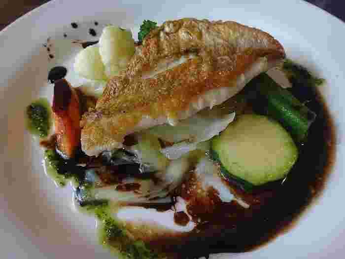 ランチタイムのオススメは、何と言っても、自家製パン・スープ・本日のオードブルにメイン料理が選べる「ランチコース」です。ビストロスタイルでも、味は十分に本格派。何度でも通いたくなる名店です。 【「ランチコース」のメイン料理『沼津産レンコダイ(キダイ)のソテー 三島野菜添え』】