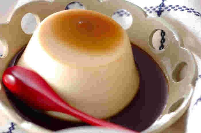 きな粉風味の和風プリン。プリン自体はすっきりとした甘さのため、黒蜜をかけることで濃厚な甘みをプラスします。