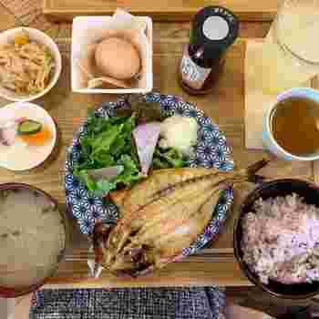 大振りの鯵の干物定食。オプションで卵やジュースをつけることができます。鎌倉散策を始める第一歩。朝7時からオープンなのでしっかり栄養バランスが取れた朝ごはんで体を目覚めさせましょう。