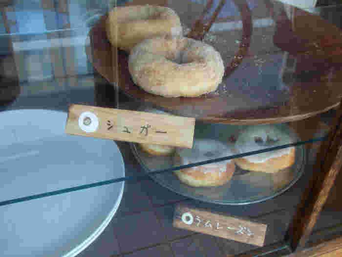 べつばらドーナツは、一口食べれば優しい気持ちにさせてくれるような、ふんわり食感が大きな魅力。やや大きめですがふわふわなので、ペロリと2個は食べれちゃいますよ。