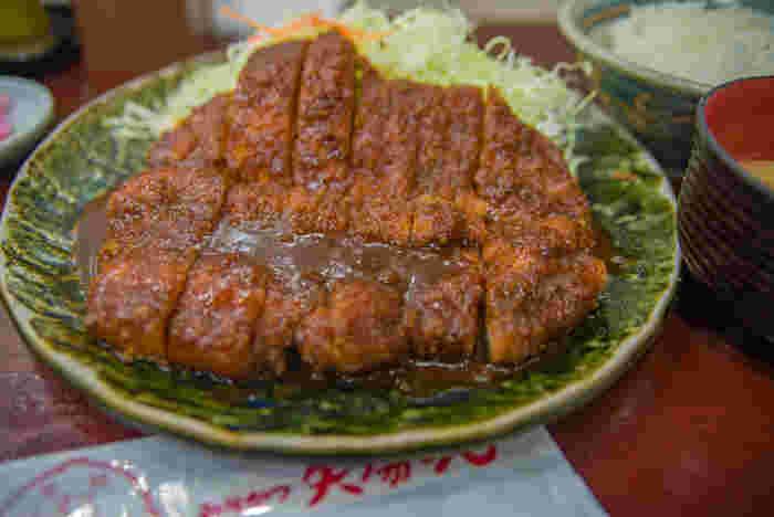 名古屋めしとは、名古屋市を中心とするご当地グルメのことで、名古屋発祥でない料理も含みます。名古屋グルメの外食チェーンが東京に進出する際に、取材の中で「名古屋めし」という言葉が生まれたそう。その後、味噌カツや手羽先揚げなど名古屋発の有名店が次々と東京進出したこともあり、全国的に知られるようになりました。