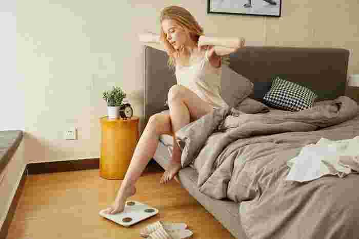 毎日起きた時、すぐに綺麗にベッドメイク…。良いことのようだけど、ちょっと待って!寝ている間の寝汗と体温で、布団の内側は温かく湿った状態。カビだけでなく、ダニなどの温床にもなってしまいます。起きたら布団をめくり上げたそのままの状態で、一旦湿気をベッドから逃がしましょう。